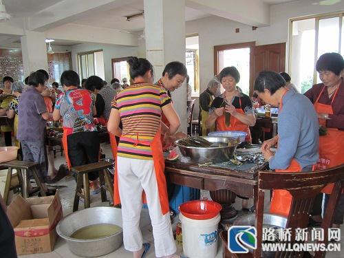 峰江街道妇联组织妇女和老人包粽子欢度端午节